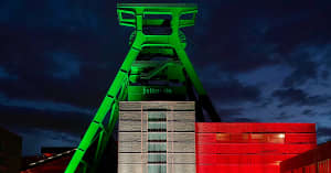 Zeche Zollverein in NRW Farben beleuchtet